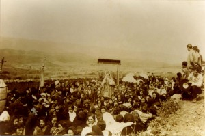 1923. La Virgen de Flores entrando en Encinasola, por la Hoya de La Fuente.