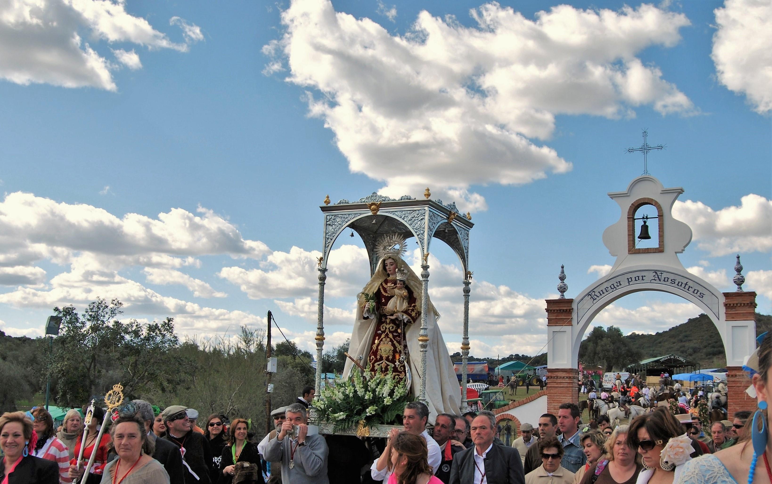 La Virgen de Flores, Patrona de Encinasola, saliendo del recinto de su ermita.
