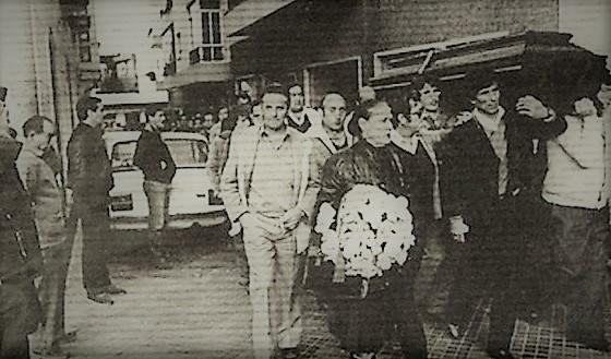Fotografía publicada por los medios de comunicación del entierro de Juan Flores. Enero de 1985.